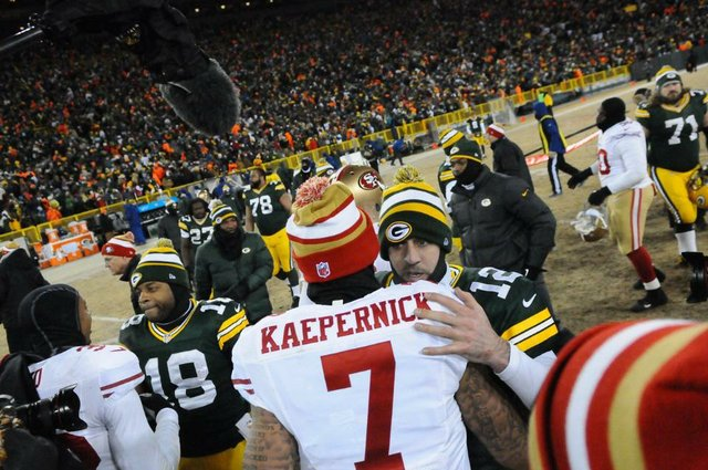 aaron rodgers colin kaepernick 2014 green bay packers playoffs hug.jpg.jpe