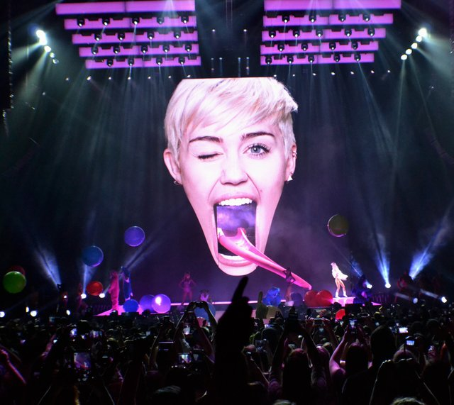 miley cyrus tongue 2014 bangerz tour concert review bradley center milwaukee.jpg.jpe