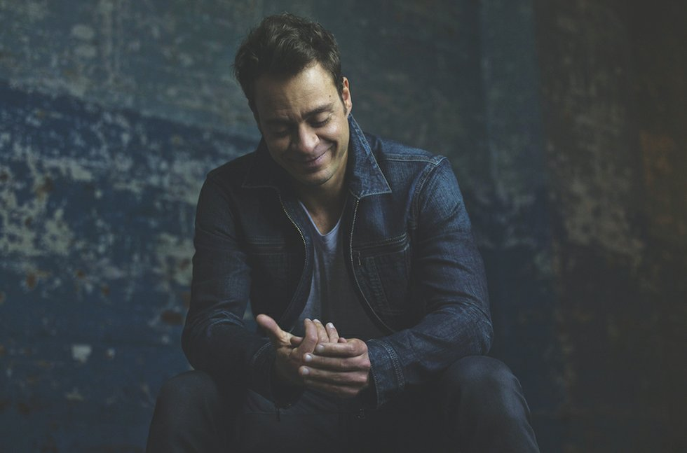 Amos Lee Pays Tribute to Past and Present - Shepherd Express