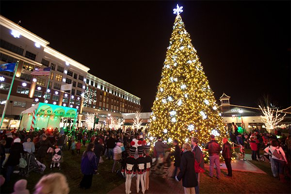 aroundmke_holidazzletreelighting_bayshoretowncenter.jpg.jpe