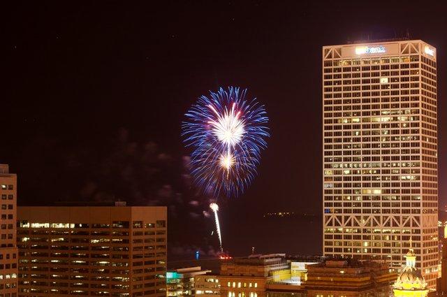 Fireworks_over_Milwaukee_6812.jpg