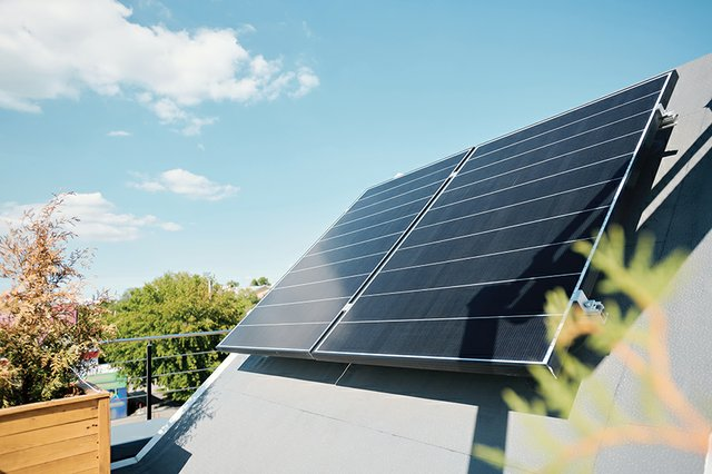 news_Issue of the Month_Solar Panel on Rooftop(shironosov:Getty Images).jpg