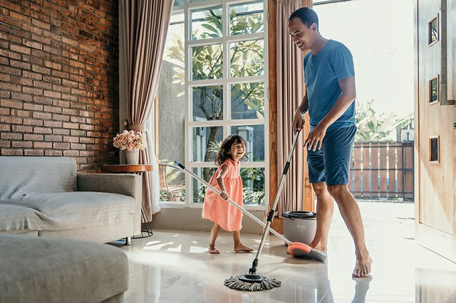 special_Home & Gardening_Father and Daughter Cleaning(ferlistockphoto:Getty Images).jpg